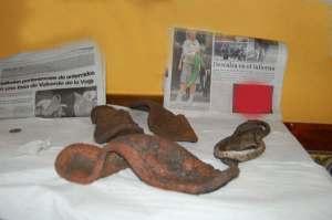 Restos encontardos en la fosa de Las Palomas (suelas de zapatilla y una perra gorda)