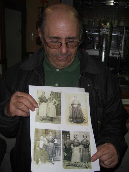 Lucio ensenándonos las fotos de sus abuelas