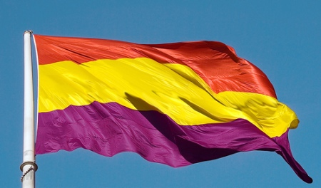 bandera-al-viento-tricolor