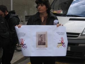 Aurora con la pancarta de su abuelo José Mira Casals