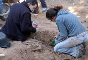 Varios expertos realizan trabajos de exhumación de los cadáveres de la fosa común del cementerio de Olesa de Montserrat donde están enterradas personas que fueron fusiladas durante la Guerra Civil Española, con el fin de identificar los restos. EFE/Archivo