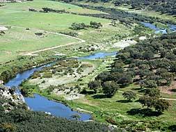 El río Ardila discurre a lo largo de la frontera con Portugal. Sirvió de guía para llegar a Barrancos./ CASIMIRO