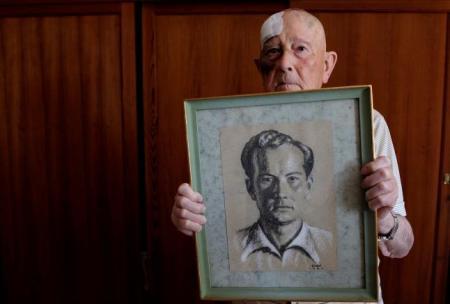 Josep Muntaner Cerdà sostiene en su casa de Pollença un retrato que le hizo un compañero en la prisión de Can Mir.  Foto: Massuti.