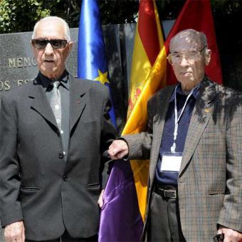 Dos miembros de las brigadas internacionales durante el homenaje a los exiliados españoles tras la Guerra Civil que lucharon contra la Alemania nazi y a los brigadistas internacionales que se ha celebrado hoy en Madrid.- EFE