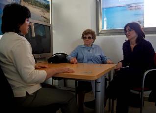 (Maria Ángeles Recio atiende a Coloma Martorell y a su hija Maria en el centro de entidades del Consell. Foto: S. Llompart)