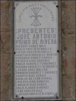 """Placa de homenaje a los """"caídos"""" en Pedro Bernardo."""