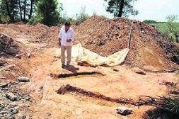 Cayetano Ibarra observa las dos fosas encontradas en Los Barrancos, al pie de la carretera. / A. SOLÉ