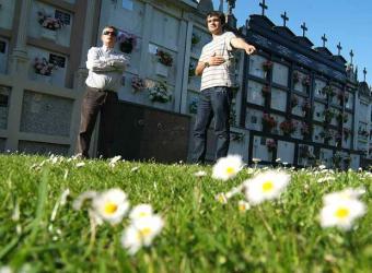 El cura Alfonso Blanco (derecha) junto a Santiago Fernández, sobre la fosa.- GABRIEL TIZÓN