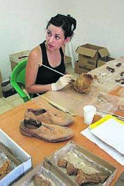 Laura Muñoz limpia y estudia los restos encontrados. / ANDY SOLÉ