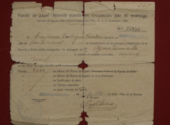 """Recibo del dinero requisado al padre de Roberto Rodríguez (9.000 pesetas) en 1939, """"Año de la Victoria"""".-"""