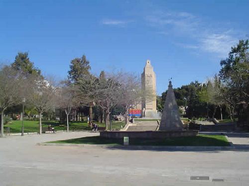 Parc de sa Feixina de Palma, amb l'imponent monolit al seu centre