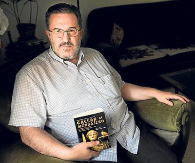 Francisco Espinosa acaba de llevar a las librerías la investigación Callar al mensajero (Península)