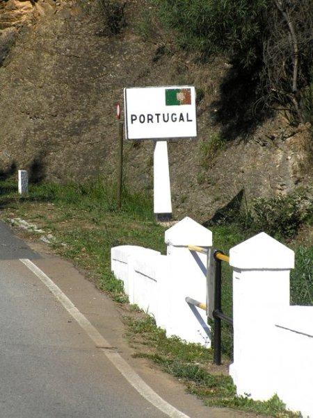 En Portugal, Barrancos es un pueblo famoso por su jamón, señalado por consenso como el mejor del país, y por sus corridas de toros. ..., pero también por haber sido refugio de muchos durante la Guerra Civil y la posguerra.
