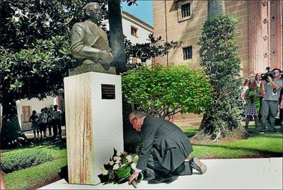 Griñán deposita un ramo de flores junto al busto de Blas Infante, en el patio del Parlamento andaluz.