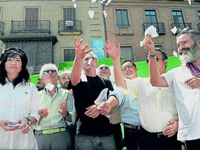 El nieto de Blas Infante rompe la sentencia junto a dirigentes nacionalistas. LAURA LEÓN