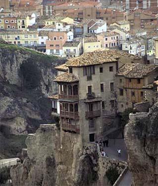 """Imagen de las casas colgantes de Cuenca, descritas en el libro de C.J Sansom """"Un invierno en Madrid"""" ambientado en la posguerra."""