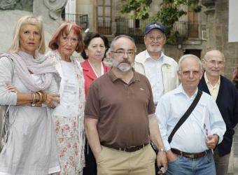Familiares de represaliados por el franquismo incluidos en el censo de víctimas, ayer en Santiago.- ANDRÉS FRAGA