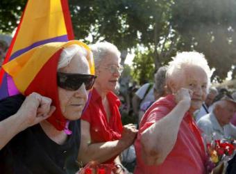 Varias mujeres durante el acto conmemorativo del 70 aniversario del fusilamiento de las militantes de las Juventudes Socialistas Unificadas conocidas como las Trece Rosas- EFE