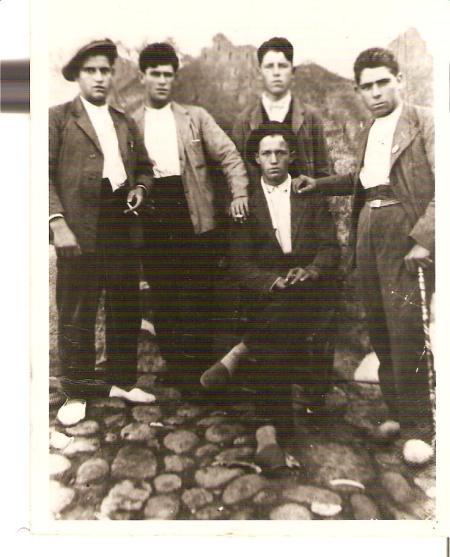 Pedro está en segundo plano , segundo desde la derecha