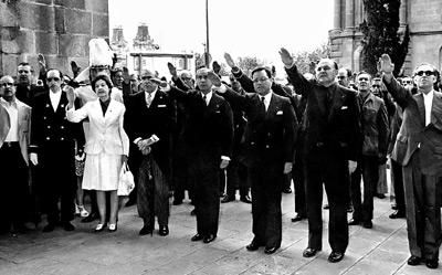 Faltaba poco más de un año para la muerte de Franco pero Samaranch aún alzaba el brazo. EFE