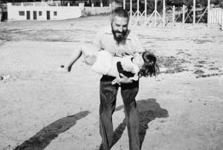 Tomás Harris con Lucía Graves, hija del escritor, en la playa de Camp de Mar en 1950.  Foto: Colección Familia Graves