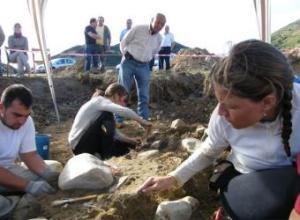 Trabajos de excavación en la fosa de Lario (León).- ARMH