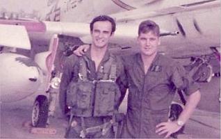 """Julio Alberto Poch, a la izquierda, en la época en que pilotó algunos """"vuelos de la muerte"""
