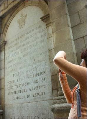 Placa retirada de Toledo. - PÚBLICO