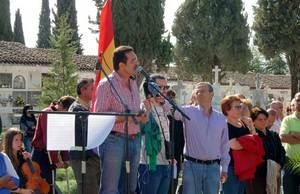 Intervención del alcalde de Mérida. Ángel Calle, en el acto de sepultura de los restos hallados en las tapias del cementerio