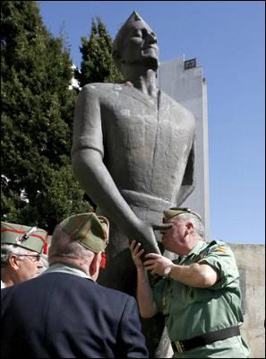 Estatua al general Millán Astray en A Coruña.