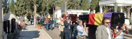 Comitiva con los restos hallados el pasado año en las tapias del Cementerio de Mérida, se dirigen al Mausoleo para su entierro