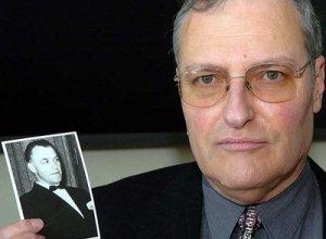 Efraim Zuroff con la fotografía del Dr. Aribert Heim o Dr. Muerte...