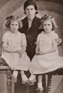 Emilia Falcón, a la derecha, con su madre Petronila y su hermana gemela antes de la Guerra Civil.- FOTO: ARCHIVO FAMILIAR