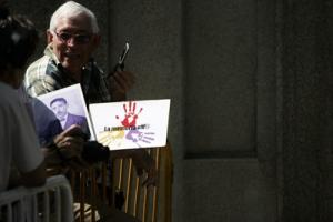 Los denunciantes acudieron ayer a la Audiencia a mostrar su apoyo al juez.  Fausto Canales y Pedro Vicente con las imágenes de La Memoria Viv@ y el abuelo de Pedro...
