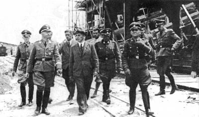 Himmler (a la izquierda) inspecciona con otros altos cargos nazis el campo de concentración de Auschwitz. - GUILLEM SANS MORA