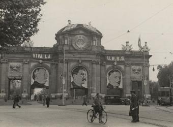Homenaje a la URSS en la Puerta de Alcalá en el 20º aniversario de la revolución soviética.- ARCHIVO GENERAL DE LA ADMINISTRACIÓN