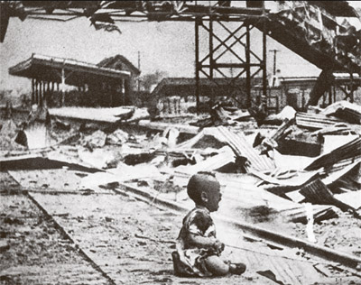 Un niño llora después de la 'masacre de Nanjing' perpetrada por el Ejército nipón.