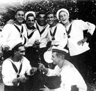 Mario de Marchi (arriba, primero por la izquierda), junto a otros marineros italianos