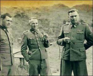 Tres altos responsables nazis de la solución final: Mengele, Höss, Kramen, acompañados por un oficial del campo. - ap