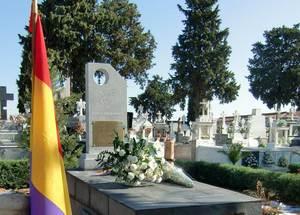 Mausoleo, donde fueron sepultados los restos encontrados en las tapias del cementerio
