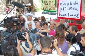 Los querellantes contra Garzón el 09 09 09 delante el TS, rodeados...