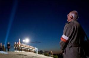 Un veterano polaco de la II Guerra Mundial presencia la ceremonia de recuerdo ante el monumento a los defensores de Westerplatte, en la ciudad polaca de Gdansk.- AFP
