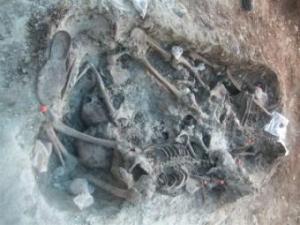 El grupo de voluntarios coordinados por el experto forense Francisco Etxeberria esperaba encontrar tan sólo tres cuerpos.- ALFREDO SANZ DE MIGUEL