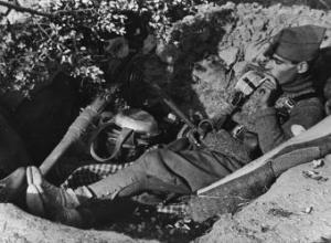 Un soldado republicano fotografiado en el frente de Madrid durante la Guerra Civil-