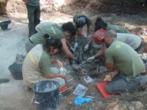 El equipo dirigido por el forense Etxeberria desentierra uno de los cuerpos.- ALFREDO SANZ DE MIGUEL