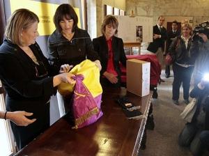 La ministra de Cultura entrega en Salamanca la bandera que acompañó al féretro del presidente republicano Manuel Azaña.| Enrique Carrascal