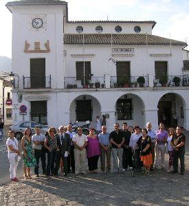 Familiares de las mujeres de la fosa de Grazalema frente el Ayuntamiento...