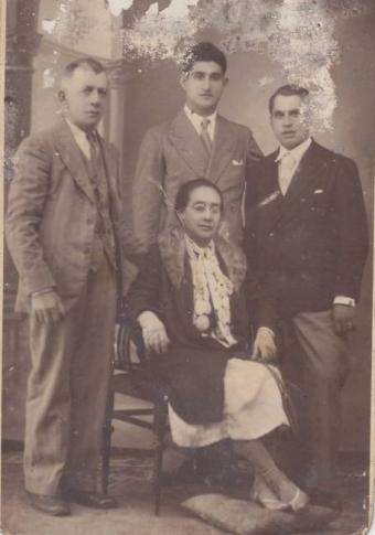 Ramón Barreiro, a la derecha en la foto, con su familia y el anillo que los falangistas le robaron después de cortarle el dedo la madrugada del 15 de septiembre de 1935 en Curro (Pontevedra).-