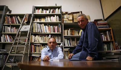 Pablo Mayoral, a la izquierda, y Manuel Blanco Chivite, en el local donde se reúnen con antiguos compañeros en Madrid. - - MÓNICA PATXOT
