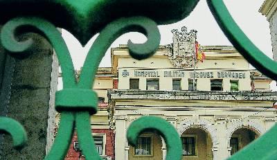 """Escudo en la fachada del hospital militar de Valencia, uno de los pocos que Defensa ofrece """"eliminar"""". -  Iñaki García"""